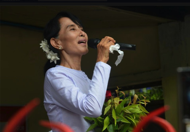 Aung San Suu Kyi speaks to an impassioned crowd of NLD supporters at the thankyou speech
